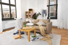 Интерьер грязной домашней комнаты с разбросанным веществом стоковые изображения