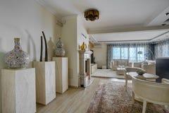 Интерьер живущей комнаты в вилле Стоковые Фото