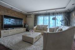 Интерьер живущей комнаты в роскошной вилле Стоковые Изображения RF