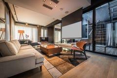 Интерьер живущей комнаты в роскошной квартире пентхауса стоковые изображения rf