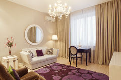 Интерьер живущей комнаты в роскошном доме Стоковые Изображения RF