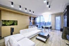 Интерьер живущей комнаты в современном доме Стоковое фото RF
