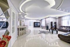 Интерьер живущей комнаты в современном доме Стоковые Изображения RF