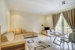Интерьер живущей комнаты в частной студии Стоковое Изображение RF