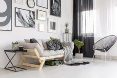 Интерьер живущей комнаты контраста стоковое фото rf