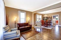 Интерьер живущей комнаты с кожаным креслом и 2 стульями Стоковое фото RF