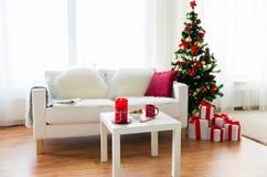 Интерьер живущей комнаты с рождественской елкой и подарками Стоковые Изображения RF