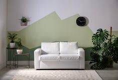 Интерьер живущей комнаты с софой стоковое фото