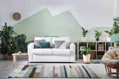 Интерьер живущей комнаты с софой стоковое изображение rf
