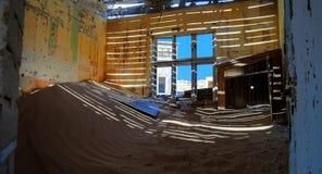 Интерьер загубленного дома в город-привидении Kolmanskop Стоковые Изображения