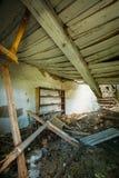 Интерьер загубленного покинутого загородного дома с выдалбливанной крышей, зона опорожнения после чернобыльской катастрофы Стоковая Фотография RF