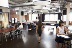 Интерьер занятого офиса дизайна с штатом Стоковые Изображения