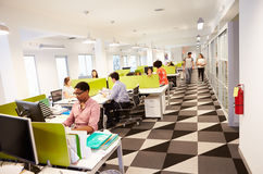 Интерьер занятого офиса современного дизайна Стоковая Фотография