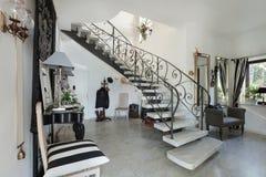 Интерьер, зала с лестницей стоковые изображения rf