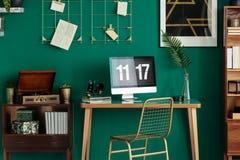Интерьер зеленого цвета с столом стоковое изображение rf