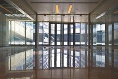 Интерьер здания прозрачной стеклянной двери современного Стоковая Фотография