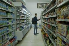Интерьер ИДЕИ супермаркета низкой цены Стоковая Фотография RF