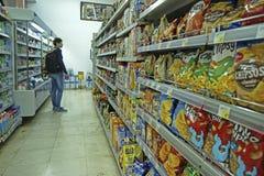 Интерьер ИДЕИ супермаркета низкой цены Стоковое фото RF