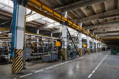 Интерьер и машины мастерской фабрики стоковая фотография