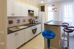 Интерьер квартиры одн-комнаты, взгляд комплекта кухни и счетчик бара Стоковое Изображение