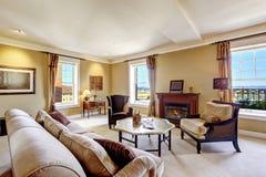 Интерьер квартиры с камином и античной мебелью стиля Стоковое Фото