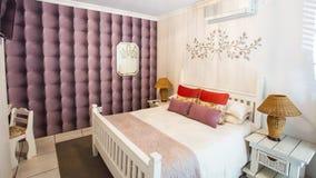 Интерьер комнаты для гостей в малой гостинице стоковая фотография