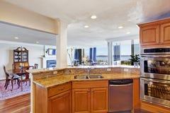 Интерьер комнаты кухни в современной квартире Стоковые Изображения