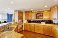 Интерьер комнаты кухни в современной квартире Стоковое фото RF