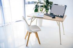 интерьер комнаты с стулом, таблицей, в горшке заводом, infographics, компьютером, мышью компьютера стоковые изображения rf