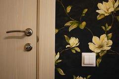 Интерьер комнаты установленной с новым интерьером дверь Установленная дверь гармонично комплектует интерьер комнаты, b стоковая фотография rf