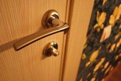 Интерьер комнаты установленной с новым интерьером дверь Установленная дверь гармонично комплектует интерьер комнаты, b стоковое фото rf