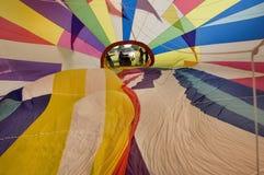 Интерьер конверта воздушного шара во время этапа инфляции  Стоковая Фотография