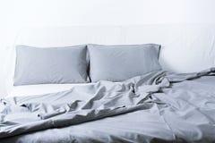 Интерьер концепции кровати покрывала подушки листа постельных принадлежностей стоковое изображение rf