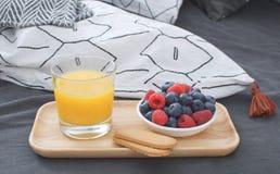 Интерьер концепции подноса кровати завтрака деревянный рано утром стоковое фото rf