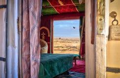 Интерьер коттеджа кемпинга в части Morrocan пустыни Сахары Стоковые Изображения