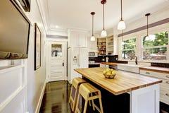Интерьер кухни в белых тонах с верхней частью твёрдой древесины встречной Стоковое фото RF
