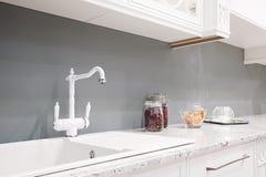Интерьер кухни в новом роскошном доме с касанием ретро приборы самомоднейшие стоковые изображения rf