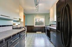 Интерьер кухни в черных и зеленых тонах Стоковая Фотография