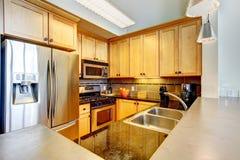 Интерьер кухни самомоднейшей квартиры деревянный. Стоковое Изображение RF