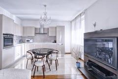 Интерьер кухн-живя комнаты в современном доме Стоковое Фото