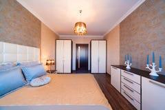 Интерьер Классика спальни, бежевая Стоковое Фото