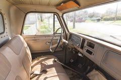 Интерьер классического винтажного грузового пикапа Стоковые Фото
