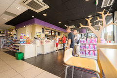 Интерьер магазина бензоколонки Стоковое фото RF
