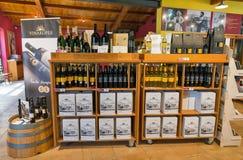 Интерьер магазина винодельни Vinakoper в Koper, Словении Стоковые Изображения RF