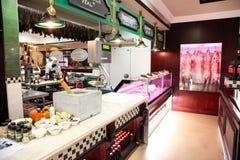 Интерьер магазина гастрономических товаров мясника Вверх-рынка стоковые изображения rf