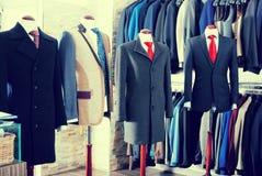 Интерьер магазина мужских одежд стоковое фото rf