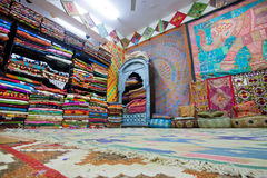 Интерьер магазина ткани с красочными коврами стоковые фото