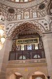 Интерьер мечети с огромные штендеры и своды стоковое фото rf