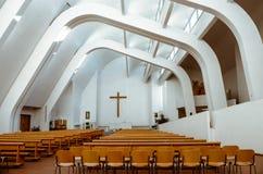Интерьер несимметричной церков Alvar Aalto в Riola Италии стоковое фото