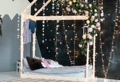 Интерьер Нового Года спальни детей стоковые фото